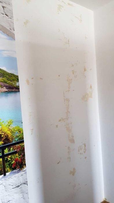 Perete dpa ce s-a dat jos fototapetul vlies de pe peretele foarte absorbant