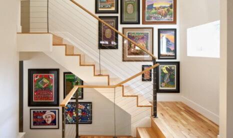 Cum amenajam peretele de pe casa scarii cu tablouri